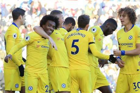 Willian fez o terceiro do Chelsea (Foto: Lindsey Parnaby / AFP)