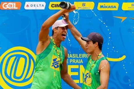 Guto comemora medalha de ouro com Saymon (esq) no pódio da etapa (Foto: Matheus Vidal/Inovafoto/CBV)