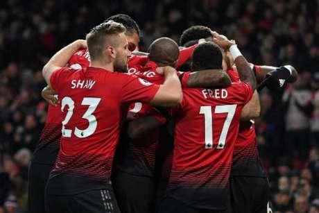 Jogadores comemoram o primeiro gol do United, marcado por Pogba (Foto: Paul Ellis / AFP)