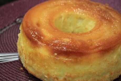 Bolo queijadinha cremoso feito na forma de pudim