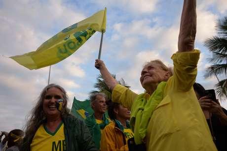 Apoiadores de Bolsonaro se reúnem em frente à casa do candidato