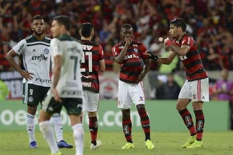 O Palmeiras sofreu no segundo tempo, mas conseguiu defender sua vantagem na liderança do Campeonato Brasileiro
