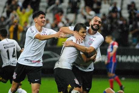 Danilo comemora gol do Corinthians sobre o Bahia