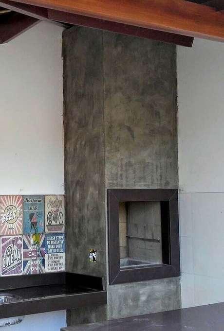 54- A churrasqueira foi revestida com textura marmorato na cor cinza. Fonte: Pinterest
