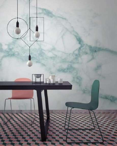 4- A parede marmorizada integra a decoração moderna da sala de jantar. Fonte: IED Revista
