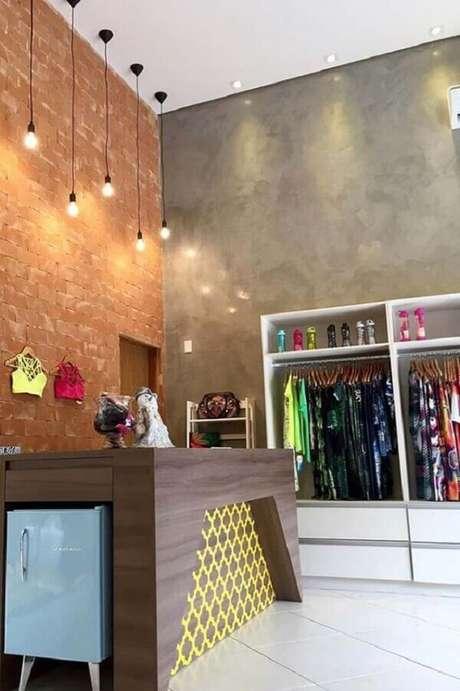 32- O espaço comercial utiliza a textura do marmorato na parede lateral do estabelecimento. Fonte: Pinterest