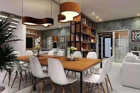 39- Na decoração de apartamento com ambientes integrados, a parede de marmorato ocupa toda a extensão do fundo da sala. Fonte: Pinterest