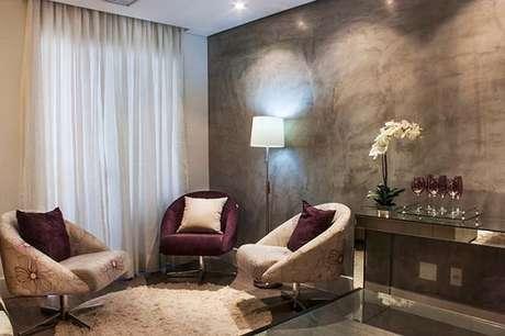 41- A parede de marmorato cria um aspecto aconchegante a sala de estar. Fonte: Pinterest