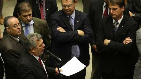 Fraga (no microfone) e Bolsonaro com outros deputados na Câmara, em 2017; expectativa é de que aumente na Casa a quantidade de parlamentares favorável ao armamento da população
