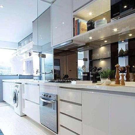 12. Invista em armários planejados para melhor organização da cozinha com área de serviço integrada – Foto: Chris Silveira Arquitetura