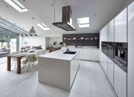 14. Decoração moderna com armários brancos e exaustor preto para cozinha integrada com sala de jantar ampla – Foto: Pinterest