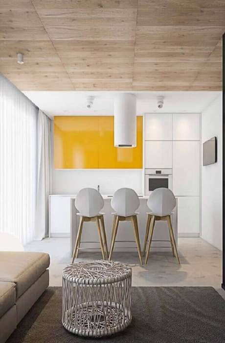 18. Aqui as cadeiras modernas deram um toque moderno para a decoração da cozinha integrada com sala de estar – Foto: The Holk