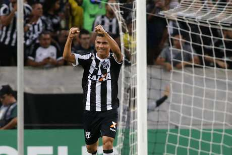Juninho Quixadá comemora gol do Ceará