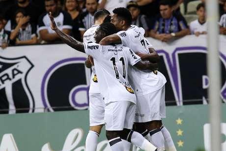 Cazares comemora gol do Atlético-MG com os companheiros