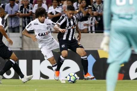 Luan e Leandro Carvalho disputam a bola em Ceará x Atlético-MG