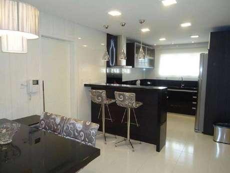21. Decoração para cozinha americana com sala de jantar preta e branca – Foto: VuxGo