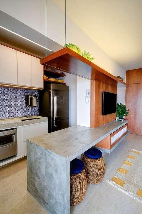 23. A bancada de cimento queimado dá um toque moderno à decoração da cozinha americana com sala de estar – Foto: HGTV Decor