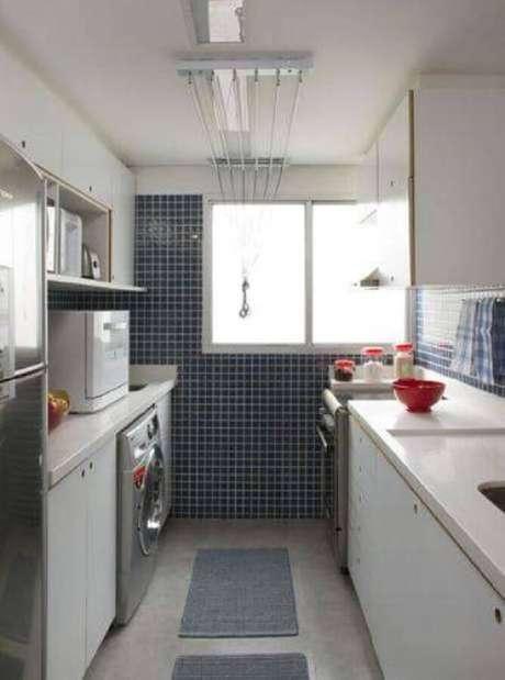 25. Cozinha com área de serviço decorada com pastilhas azuis e tapete cinza – Foto: The Holk