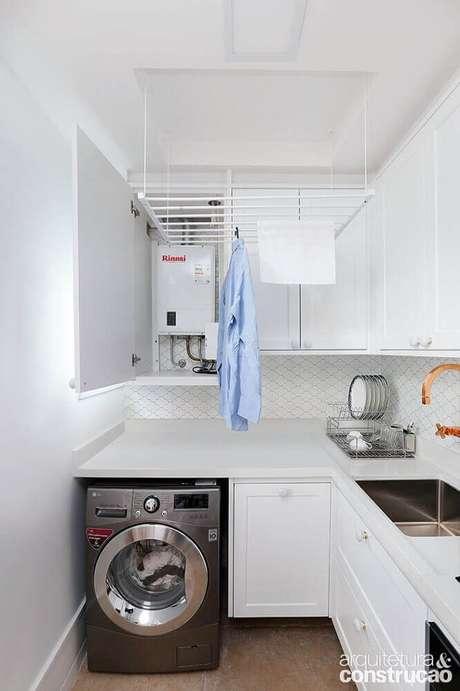 27. Os armários planejados para a cozinha com área de serviço são ótimos para otimizar o espaço e manter a organização – Foto: Arquitetura & Construção