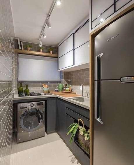 9. Estilo moderno para cozinha com área de serviço integrada com armários cinza – Foto: Zozu