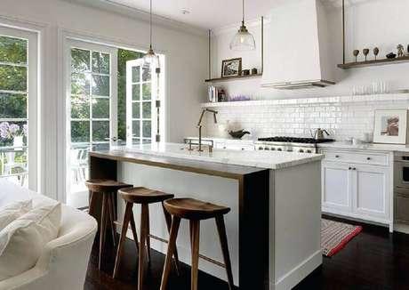 30. A ilha também trás um toque especial a decoração da cozinha integrada com sala – Foto: Pinterest