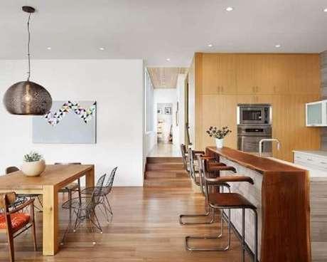 31. Cozinha integrada com sala de jantar ampla com mesa e bancada de madeira – Foto: Out East