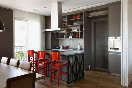 36. Decoração com armários cinza e banquetas vermelhas para cozinha integrada com sala de estar – Foto: Aaron Guides