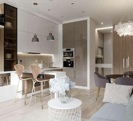 37. Decoração clean com armários planejados e piso de madeira para cozinha integrada com sala de jantar e estar – Foto: Wohnzimmer Ideen