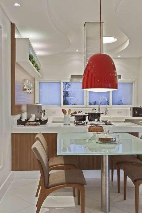 41. Decoração com pendente vermelho para cozinha integrada com sala de jantar – Foto: Aaron Guides