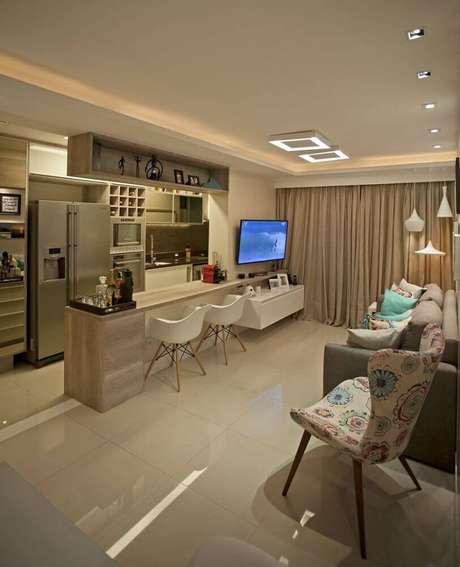 8. Decoração em tons neutros para cozinha americana com sala integrada e cadeiras eames – Foto: Docol