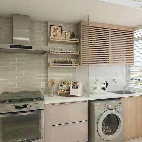 10. Decoração em tons neutros para cozinha com área de serviço com divisória de vidro – Foto: Pinterest