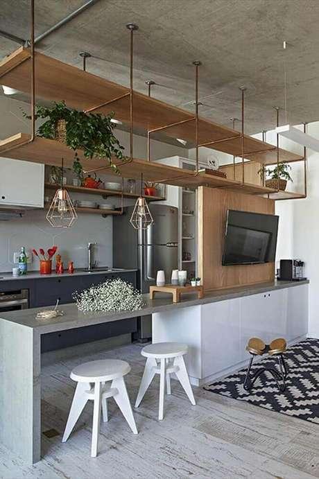 49. Misture materiais para modernizar a decoração da sua cozinha integrada com sala – Foto: Irmãos Spezia