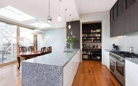 1. A cozinha integrada transforma o ambiente e deixá-o visualmente mais amplo – Foto: Statkus Architecture