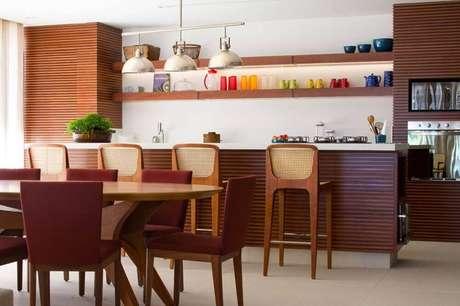 50. Decoração com armários e mesa de madeira para cozinha integrada com sala de jantar – Foto: GramUnion