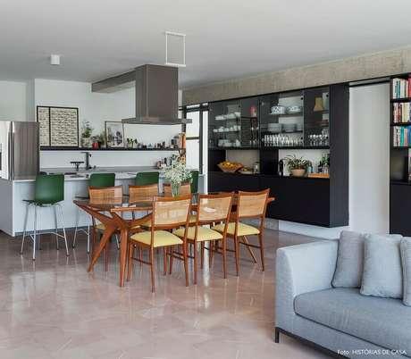 51. Que tal investir em um projeto de conceito aberto e integra sala de estar, de jantar e cozinha? Fica super moderno – Foto: The Holk