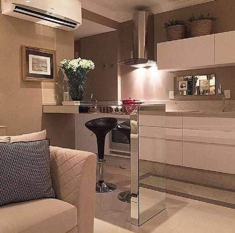 54. A cozinha americana com sala de estar interligada é sempre muito utilizada em apartamentos pequenos – Foto: The Holk