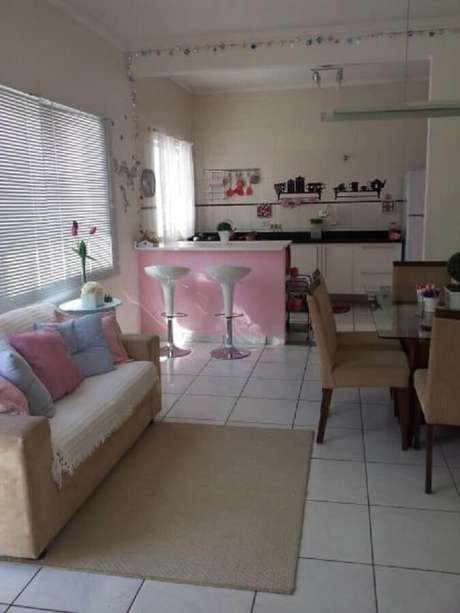 57. Decoração simples para cozinha integrada com sala de estar e de jantar – Foto: Aaron Guides