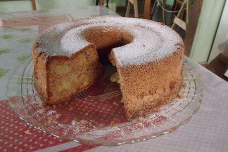 Bolo de maçã polvilhado com açúcar e canela