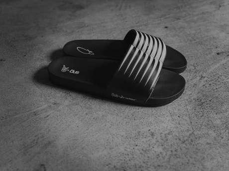 O chinelo modelo 'slide' da Öus em parceria com a Rider e Jun Matsui