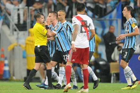 Bressan, do Grêmio, reclama após marcação de pênalti favorável para o River Plate e é expulso em partida válida pelas semifinais da Copa Libertadores da América, na Arena do Grêmio, em Porto Alegre (RS), nesta terça-feira (30/10/2018)