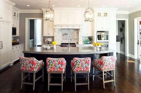45. Banquetas baixas para cozinha com encosto e assento revestido com tecido estampado