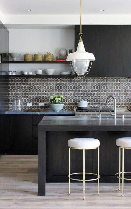 63. Decoração para cozinha com azulejo colorido, bancada preta e banquetas baixas para cozinha – Foto: Adriana Scartaris