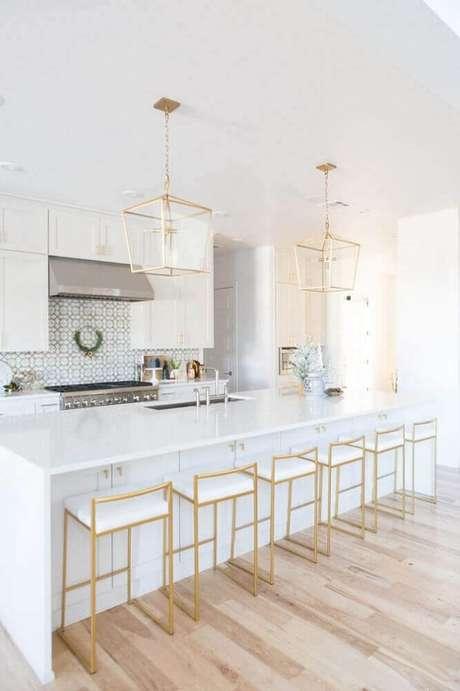 64. As banquetas para cozinha podem se tornar um grande destaque na decoração – Foto: CC + Mike