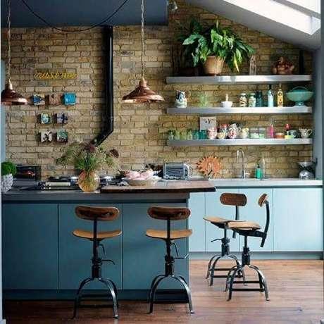 37. Decoração de cozinha rústica com banquetas para cozinha com estrutura de ferro e madeira