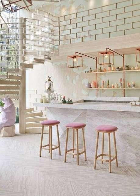 65. Os tons de rosa deram um toque delicado na decoração com banquetas para cozinha com assento rosa – Foto: Archzine
