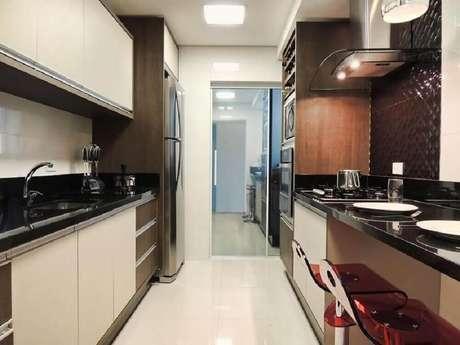 43. Cozinha com bancos de acrílico vermelho