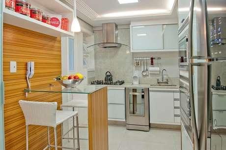 47. Decoração clean com banqueta alta para cozinha