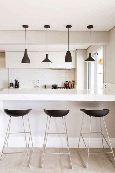 3. Bancos para cozinha americana com design minimalista