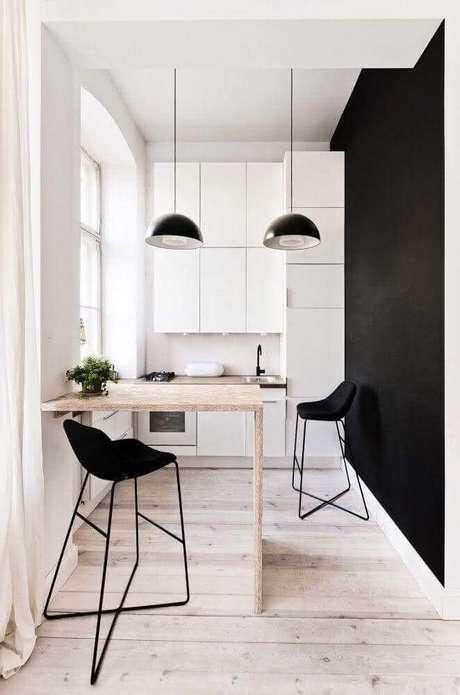 35. Decoração moderna e minimalista com banquetas para cozinha americana preta e branca