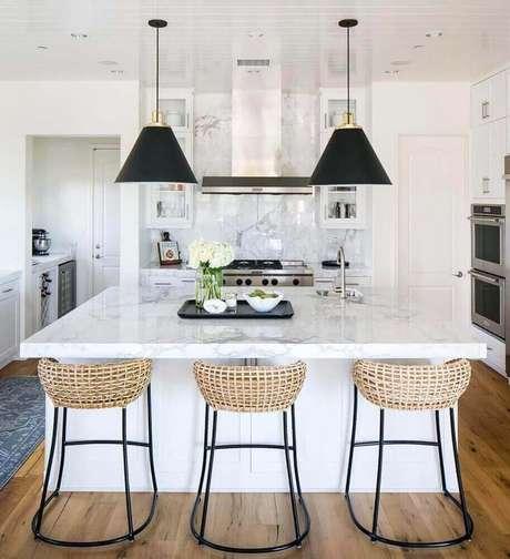 75. Decoração para cozinha com pendentes pretos e banquetas para cozinha com fibras naturais – Foto: Kitchen Ideas